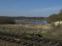 Pohled na rybník Skalský od železniční trati
