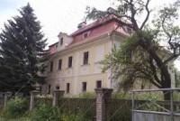 Zámek Bukovec - pohled od vstupní brány zámeckého areálu.