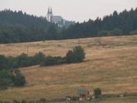 Pohled na kostel ve Vranově z luk nad Šebrovem