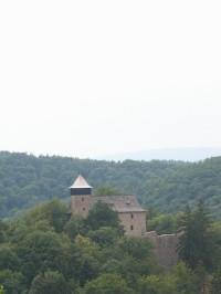 Pohled na hrad Litice z druhé strany řeky