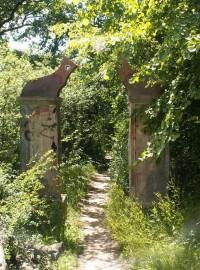 Brána do Vránova mlýna, ozdobená sochařskými výtvory ze sympozia 1999