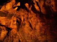 Býčí skála: Interiér jeskyně s nápisy a podpisy z počátku 19. století.