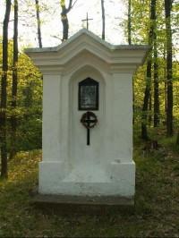 Křížová cesta Chudčice: Další zastavení křížové cesty - Ježíš potřetí padá pod křížem.