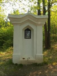 Křížová cesta Chudčice: Jedno ze zastavení přímo nad obcí - Ježíš mluví k plačícím ženám.
