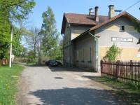 Parkoviště před nádražím Svojetín