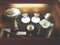 Vitrína s porcelánem