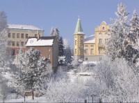 V zimě: Vlevo škola, vpravo Česká Spořitelna. www.svetlans.arez.net