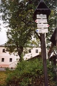 Stachy: rozcestník na náměstí