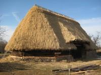 Vzácná polygonální stodola ve skanzenu Kouřim v době rekonstrukce