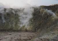 Vulcano 3: Velký kráter - Gran Cratere Samotný kráter, ležící na vrcholu sopky, má tvar mísovité prohlubně hluboké asi 80 m a až 500 m široké. Na jeho jižním okraji je velké fumarolové pole, neboli pás výronů sopečných plynů. Jejich teplota se pohyb