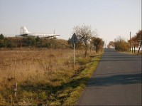 Ze západu: pohled na letiště ze západu - silnice z Bubovic na Kozolupy