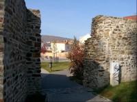 Jihovýchodní průchod: Hlavní zeď vysokou 7 až 9m zpevňovalo na čtyřicet hranolovitých věžic.