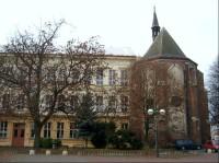 Kaple a budova školy: Dvoukřídlá budova školy byla vystavěna v místech bývalého dominikánského kláštera. Východní křídlo (obrácené k mostu), postavené roku 1882, bylo kdysi chlapeckou školou. Jižní křídlo (obrácené k Labi) bylo postaveno o devět let