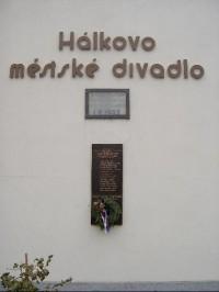 Pomník u divadla: z chrámové lodi vznikla radnice a divadlo.