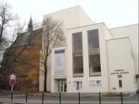 Kaple a divadlo: ke kapli přiléhá Hálkovo divadlo