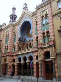 Jeruzalémská (Jubilejní) synagoga: Jeruzalémská synagoga není žádnou kopií staveb z Alhambry, ale maurský styl je zde rozváděn originálním způsobem a vytváří geometrické a moderní obrazce, i když samotná stavba synagogy je ve skutečnosti docela jedno