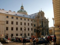 Průčelí kostela z Nerudovy ulice