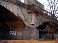 Reliéf nad pilířem: Nad ostrovními pilíři jsou méně známé přes 2,5 m vysoké reliéfy mužských torz, které vytesali přímo do betonového zdiva Myslebkovi žáci Bohumil Kafka a Ladislav Kofránek.