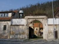 Brána k usedlosti: Brána k usedlosti ve Zbraslavské ulici