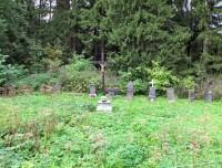 U tohoto lesního hřbitůvku je parkoviště a snadno jej přehlédneme