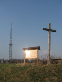 Dřevěný kříž na Předině (v pozadí vysílač Dobrochov)
