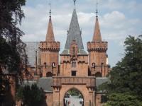 Pohled ze zámku na vstupní bránu