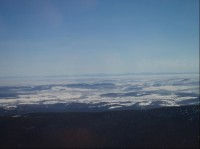 Výhled z rozhledny, na horizontu hřeben Beskyd, uprostřed Lysá hora, napravo od ní obrysy Malé Fatry: Kromě Malé Fatry (vpravo od Lysé hory), byly vidět i obrysy Tater (vlevo od Lysé). Záběr je zkreslen focením přes sklo, bohužel snímky od paty rozhl