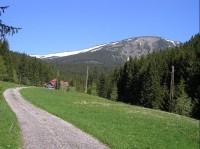 širší okolí chaty: v pozadí Studniční hora 1554m n. m.