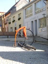 zaparkované kolo u obecního úřadu na náměstí