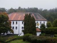 Chanovický zámek za prudkého deště ze záchodového okénka penzionu