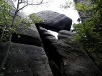 na vyhlídku se jde skalní branou