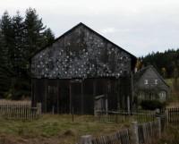 místní architektura obrácená příslišným směrem