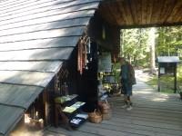 Dřevěná chatka kde si turisté kromě vstupenky mohou zakoupit i řadu suvenýrů
