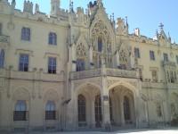 Po složitém vývoji od gotické tvrze přes renesanční,barokní a klasicistní podobu se dochovala poslední přestavba v historizujícím novogotickém slohu z let 1846-1858.