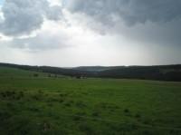 Rýžovna: osamocené chalupy, na obzoru uprostřed Auersberg