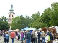 Tradiční keramický den - náměstí Smiřických, v pozadí kostel sv. Andělů strážných