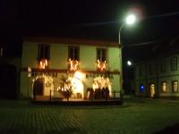 Vánočně rozsvícené Muzeum hrnčířství s pizzerií