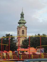 Pouťová atrakce Calypso a kostel sv. Andělů strážných