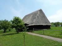 Stodola s doškovou střechou