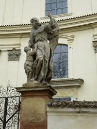 socha před kostelem sv. Jana Křtitele
