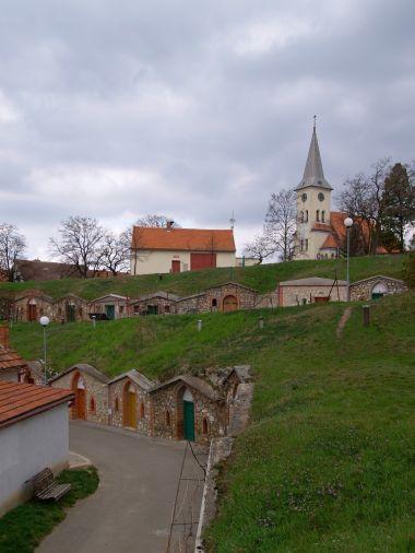 Celkový pohled na sklípky s kostelem
