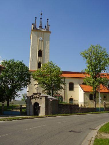 Kostel sv. Petra a Pavla, před ním kaple sv. Cyrila a Metoděje.