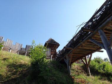 Archeopark most a opevnění s bránou