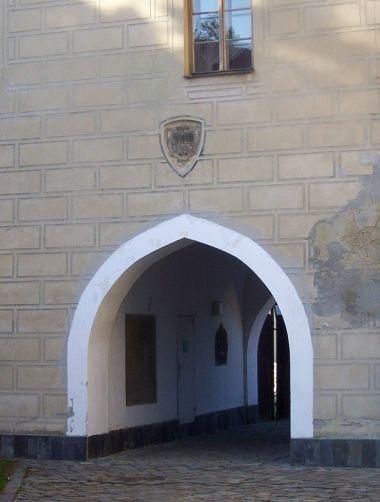 Velká Bystřice-zámecká věž,zbytek tvrze-průjezd s erbem-Foto:Ulrych Mir.