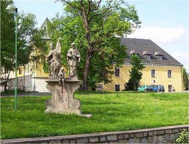Velká Bystřice-zámek se sousoším sv.Floriána a sv.Jana Nepomuckého-Foto:Ulrych Mir.