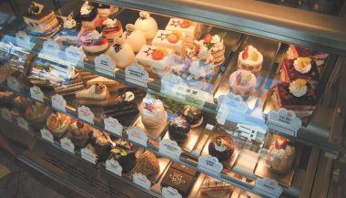 Moderní zákusky a dorty s velkým podílem sezonních surovin a detailní ruční práce... Doplňkový sortiment vystavený na vhodném místě tvoří neopominutelnou část obratu