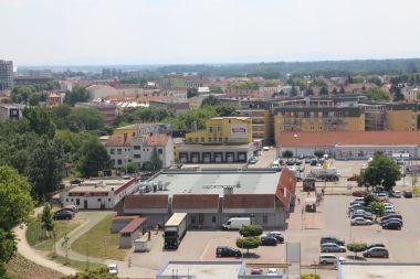 Pohled na nákupní střediska v centru Břeclavi