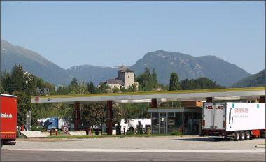 Parkoviště je na rakousko-italské hranici a dělaly se tam celní kontroly.