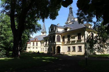 Lužany, průčelí zámku