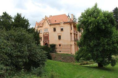 Vrchotovy Janovice, pohled na zámek od rybníka